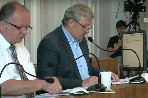 Primátor mesta Rimavská Sobota Jozef Šimko (vpravo) informoval poslancov o zámere žiadať dotáciu.