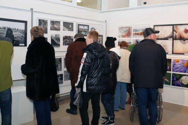 Výstava fotografií Prizma potrvá do 26. februára.