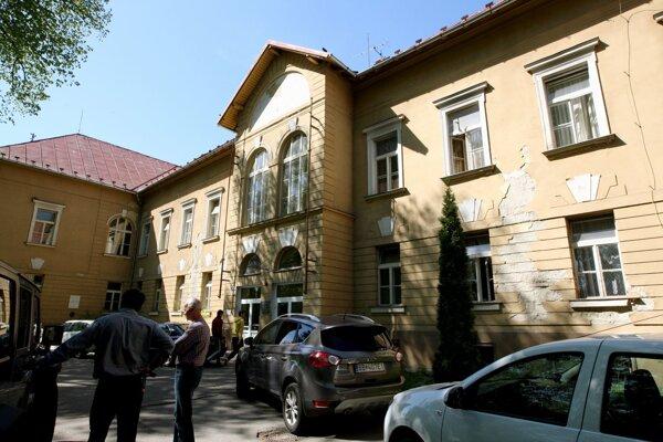 Ženu našli na chodníku pod oknom pri budove psychiatrického oddelenia nemocnice. Napriek okamžitej pomoci sa jej pomôcť nedalo.