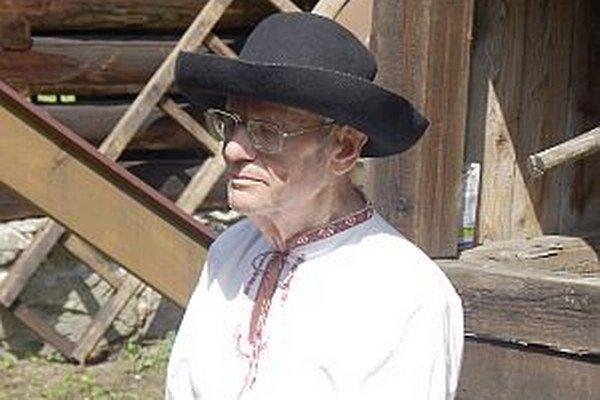 Pán Meliš na folklórnych slávnostiach v Hornej Marikovej. Rád si obliekol kroj z rodnej obce.