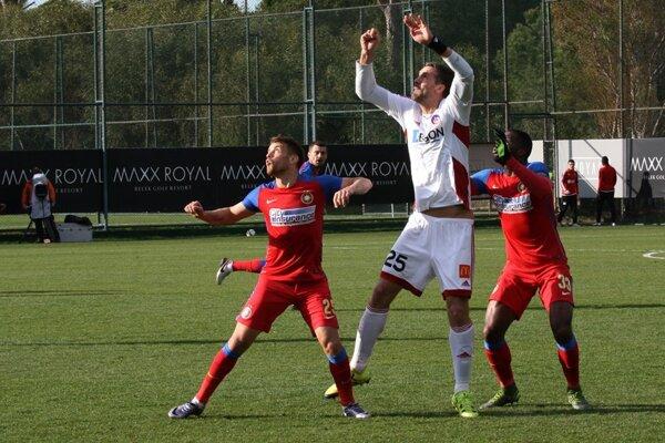 Stefan Maierhofer (v strede) strelil gól Steaue Bukurešť.