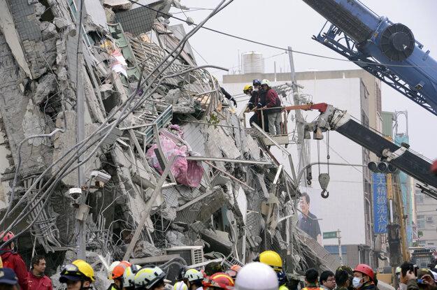 Záchranári stále prehľadávajú trosky.