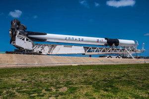 Prvá raketa Falcon 9 Block 5 pri presune na štartovaciu plošinu Kennedyho vesmírneho strediska na Floride.
