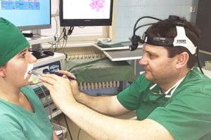 Lekár pri vyšetrení prístrojom, ktorý vtrstenskej nemocnici pomáha liečiť chrápanie.