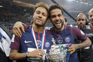 Dani Alves (vpravo) sa spolu s krajanom Neymarom teší zo zisku Francúzskeho pohára.