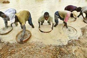 Práca pri ťažbe diamantov v nelegálnych náleziskách Afriky je často na hranici znesiteľnosti. Najväčší svetový producent drahých kameňov De Beers sa od zneužívania ľudí a od krvavých diamantov z konfliktných krajín dištancuje.