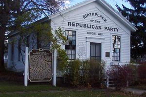 O titul rodné mesto Republikánskej strany súperia dve mestá. Prvé zhromaždenie sa konalo v kostole v Ripone, prvý konvent bol pod dubmi v michiganskom Jacksone.