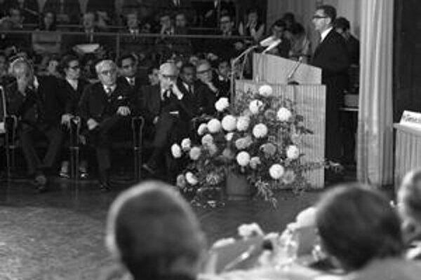 Elias Canetti prednáša v Bonne v roku 1970.