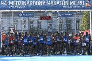 Bežci vyrážajú na trať Medzinárodného maratónu mieru 2017.