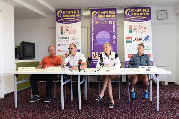 Na štvrtkovej tlačovej konferencii sa zúčastnili sprava Ruska Vera Zvonarevová, Slovenka Rebecca Šramková, športový riaditeľ TC Empire Tomáš Boleman a športový riaditeľ STZ Vladimír Habas.