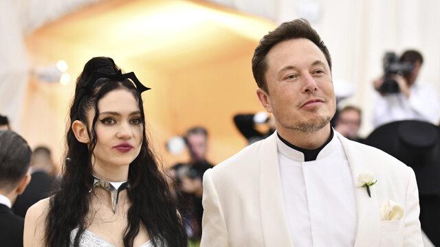 Grimes spolu s Elonom Muskom na akcii Met Gala.