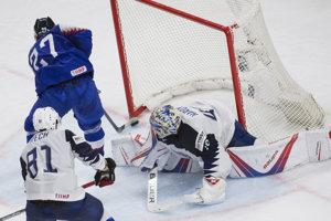 Ladislav Nagy strieľa gól, ktorý mu napokon rozhodcovia neuznali.