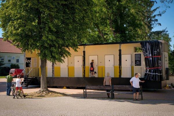 Výstava Pamäť národa Áno/Nie pripomína pavlač s dvanástimi dverami.