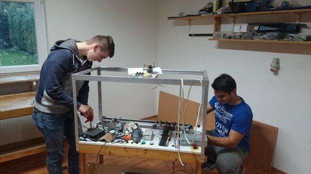Študenti pri výrobe linky.