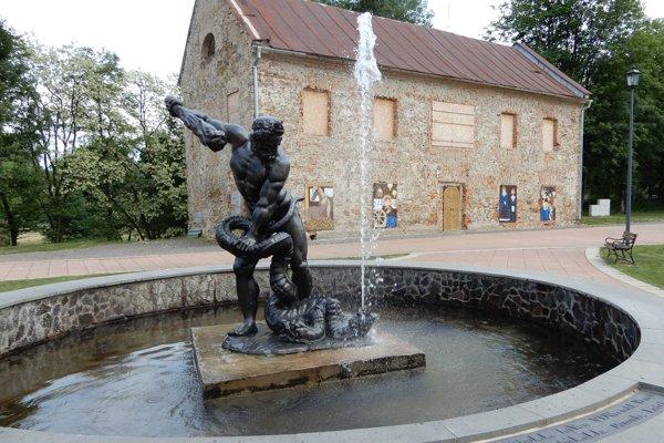 Železnú sochu Herkula, ktorá je súčasťou fontány na nádvorí sninského kaštieľa, zreštaurovali do podoby, ktorá sa približuje jej pôvodnému stavu z roku 1841, keď ju jeden z majiteľov kaštieľa Štefan Rholl venoval svojej manželke. Odborník zo sochy počas prác odstránil sedem vrstiev náteru. Išlo o niekoľko desiatok kilogramov povrchového materiálu.