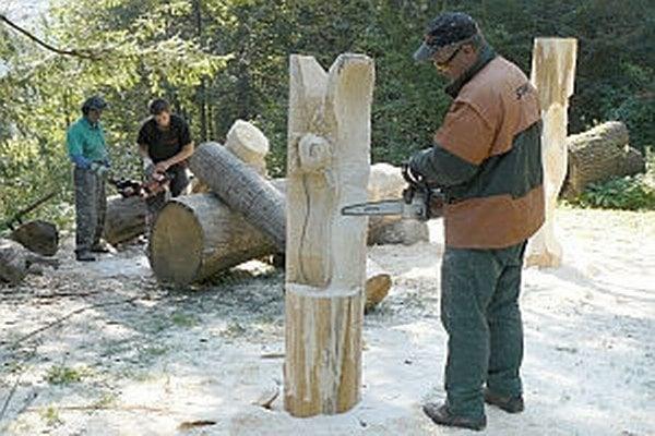 Drevosochári pri práci.