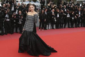 Modelka Xenia Tchoumitcheva počas premiéry filmu Yomeddine.