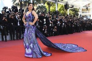 Herečka Aishwarya Rai Bachchan v extravagantnej a bohato zdobenej róbe počas premiéry filmu 'Girls of The Sun.