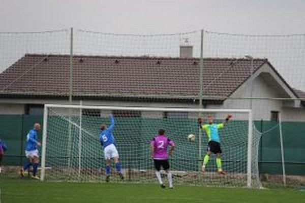 Barčík a Masárik (zľava v modrom) sa tešiaz gólu Borčíc v sieti Komárna.