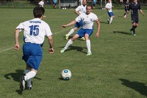 Futbalisti Bzovíka sa bodovo dotiahli na lídra tabuľky a majú jeden zápas k dobru - ilustračné.