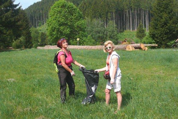 Pomáhať na Jedľoviny prišli aj sestry Vlasta Bágelová aSoňa Sihlovcová.