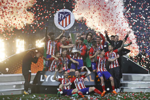 Hráči Atlética sa radujú zo zisku trofeje.