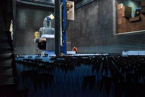 Komora na testy satelitov je veľká miestnosť s rozmermi približne dvadsaťpäť metrov na dĺžku, na výšku jedenásť a na šírku šestnásť.