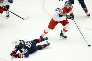 Český hokejista Michal Řepík (vpravo) v súboji o puk s Američanom Patrickom Kaneom.