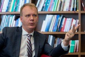 Miroslav Beblavý upozornil na vysoké príjmy maséra Kostku.