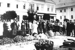 Trh na námestí z roku 1932. Vzadu je vidieť nápis Sporiteľňa, ktorá sídlila v Glückstahlovom dome.