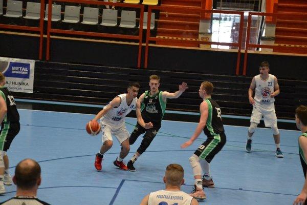 Hráči Pov. Bystrice (v bielom) začali turnaj súbojom s Prievidzou.