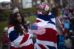Veľké množstvo ľudí je zahalených v britských alebo amerických vlajkách.