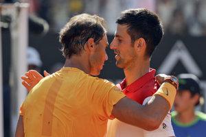 Súboj legendárnych tenistov zvládol lepšie Rafael Nadal (vľavo).