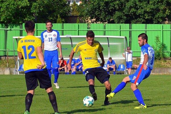 Humenčania (v žltom) si zrejme v nasledujúcej sezóne zahrajú tretiu ligu.