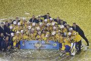 Švédski hokejisti sa radujú z titulu majstrov sveta.