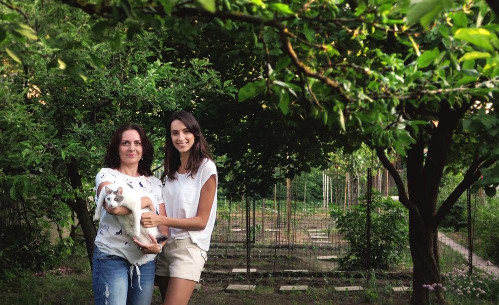 Surová Dcérka s mamou Renátou Kováčovou a mačkou Lotty