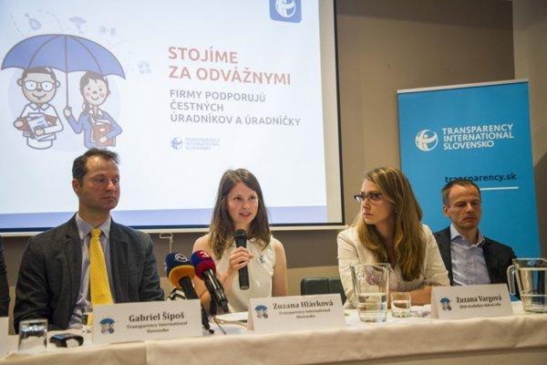 Zľava riaditeľ Transparency International Gabriel Šípoš, členka TIS Zuzana Hlávková, Zuzana Vargová (Klub úradníkov dobrej vôle), riaditeľ spoločnosti ESET Richard Marko.