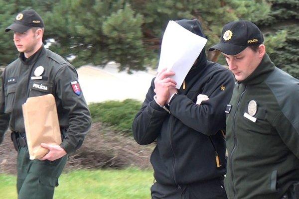 Obvinený odchádzal aj zo súdu v sprievody polície. Išiel rovno do väzby.