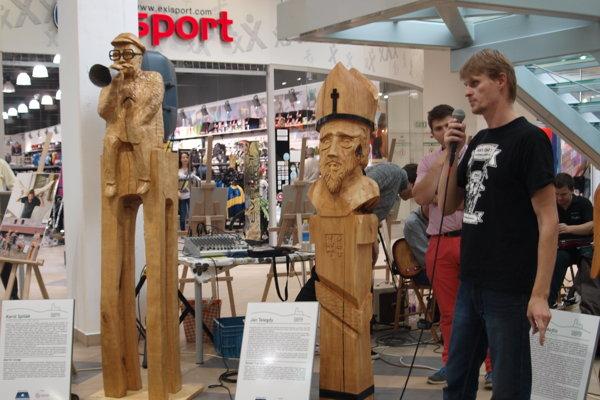 Sochu Karola Spišáka (vľavo) odhalili ešte vlani v októbri v OC Centro. Na snímke jej autor Martin Grega.