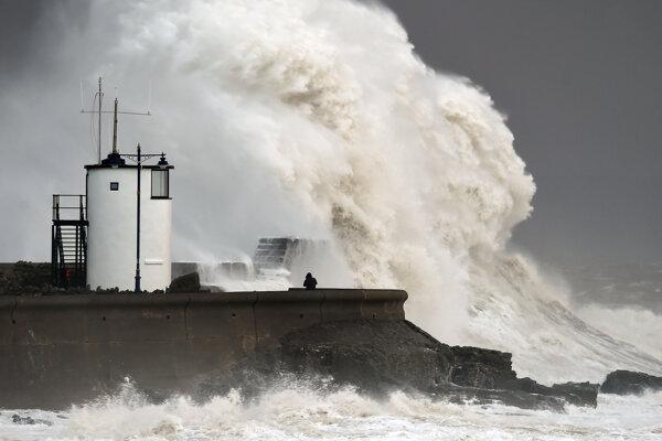 Na snímke obrovské vlny narážajú na hrádzu počas búrky v oblasti Porthcawl v Južnom Walese.