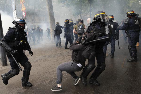Policajti použili voči demonštrantom slzotvorný plyn a vodné delá.