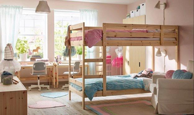 Ak máte dve deti, poschodová posteľ je praktickým riešením, ktoré šetrí priestor.