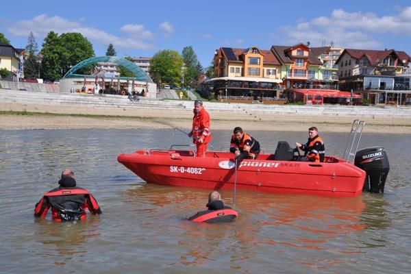 Do hľadania sa zapojili aj potápači.