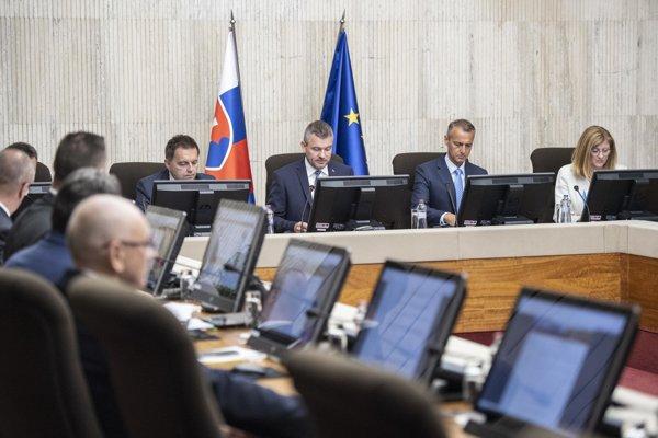 Vláda počas rokovania.