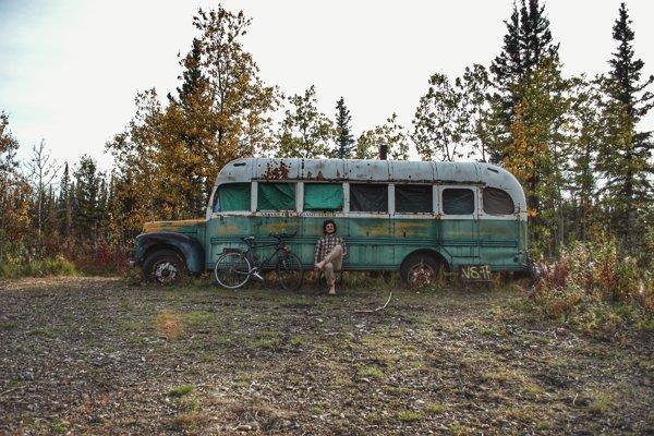 Cestovateľ pri magiskom autobuse 142 na Aljaške