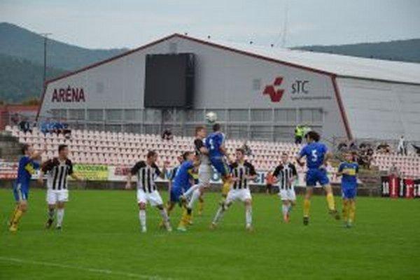 Púchovčania (v bieločiernom) zápas v L. Rovniach nedohrali.