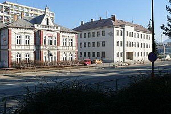 O budovu vojenskej správy (vpravo) má záujem okresný súd. Predaj sa zatiaľ neuskutočnil.