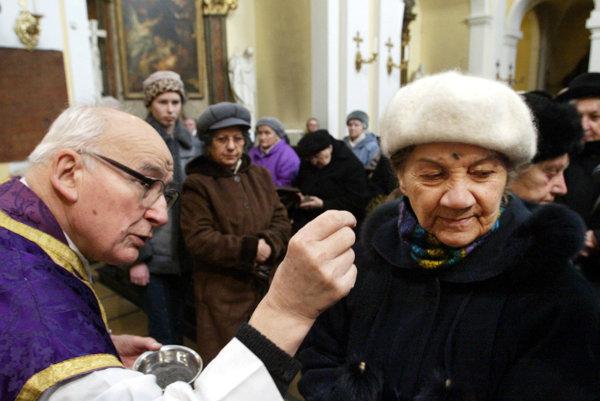 V rímskokatolíckej cirkvi sa pôstne obdobie začalo Popolcovou stredou 10. februára.