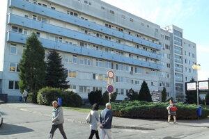 Muž vyskočil z balkóna na štvrtom poschodí.