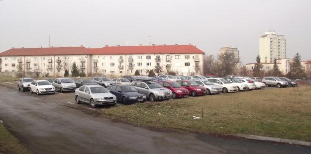 Parkovisko za ZUŠ Vajanského je teraz určené najmä štátnym zamestnancom.